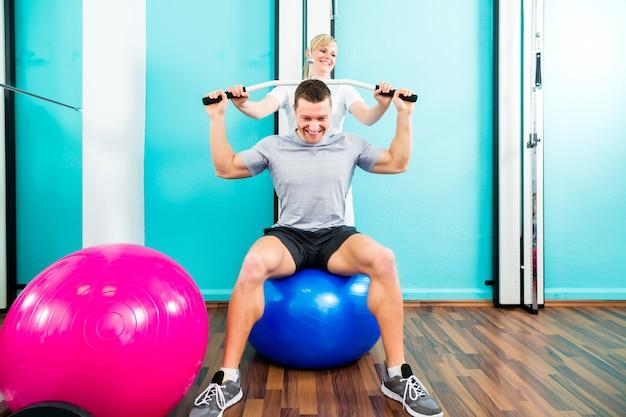 Physiotherapeut, der sportrehabilitation mit patienten tut