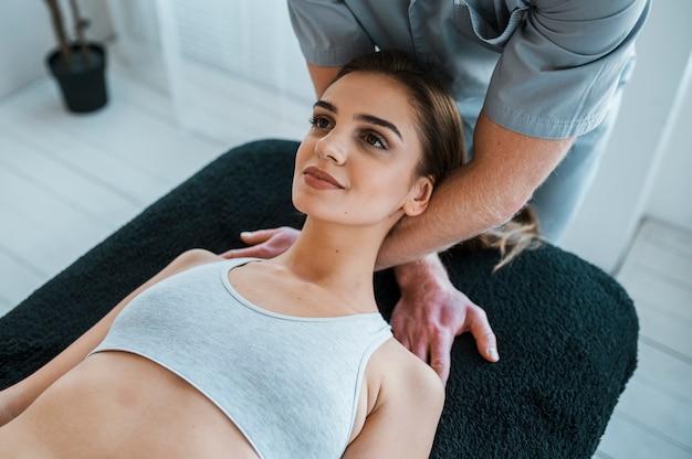 Physiotherapeut, der übungen an frau durchführt