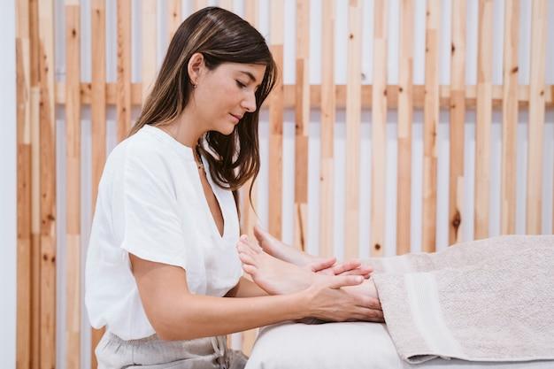 Physiotherapeut frau, die in der klinik mit weiblichem patienten arbeitet