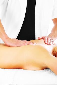 Physiotherapeut gibt rückenmassage