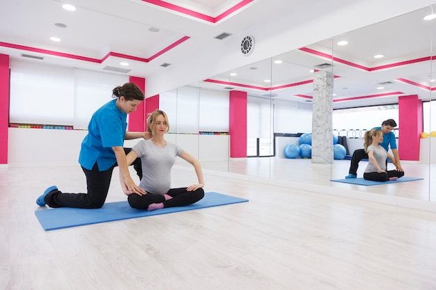 Physiotherapeut hilft einem patienten, ein gutes körpergleichgewicht zu erreichen