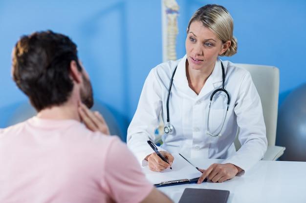 Physiotherapeut interagiert mit dem patienten