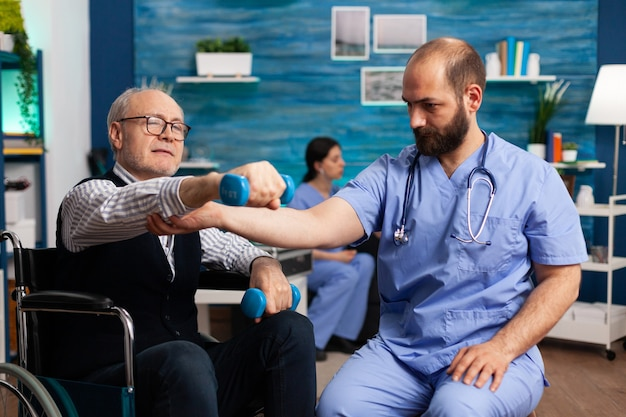 Physiotherapeut krankenpfleger, der physiotherapie-kraftübungen ausübt