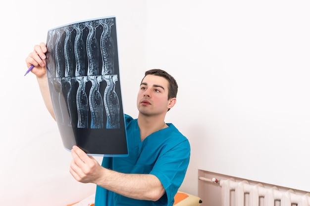 Physiotherapeut oder arzt, der eine röntgenaufnahme betrachtet