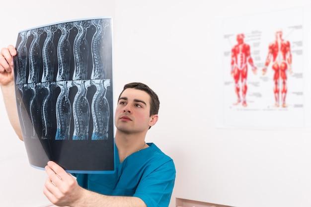 Physiotherapeut, radiologe oder arzt und röntgen