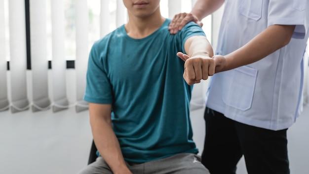 Physiotherapeuten, die patienten in der klinik behandeln.