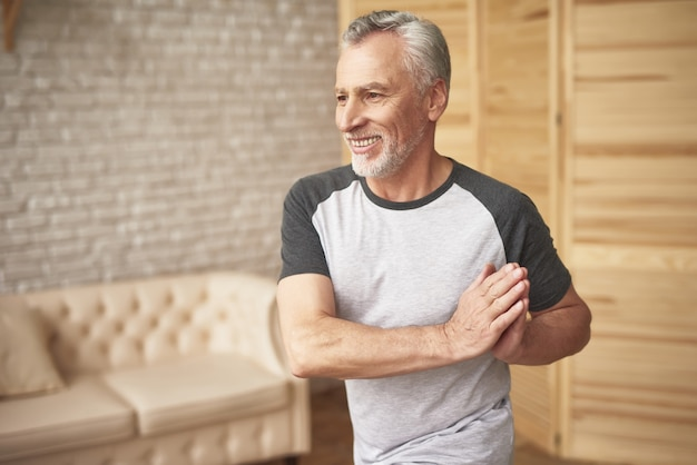 Physiotherapie nach verletzungs-älterem mann-sport.