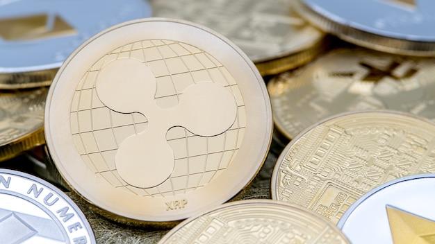 Physische goldene ripplecoin-metallwährung über anderen münzen. weltweites virtuelles internetgeld. digitale ripple-münze im cyberspace, kryptowährung gold xrp. gute investition zukünftige online-zahlung