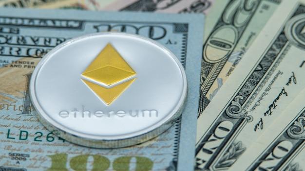 Physische metall silber ethereum währung über verschiedene dollarnoten usa. weltweites virtuelles internetgeld. usa banknoten. digitaler münz-cyberspace, kryptowährung eth. onlinebezahlung