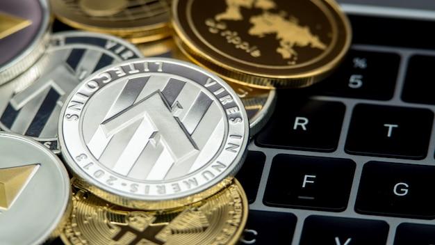 Physische metall silber litecoin währung auf notebook-computertastatur. neues weltweites virtuelles internetgeld. digitaler münz-cyberspace, kryptowährung ltc. gute investition zukünftige online-zahlung
