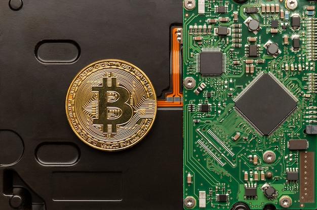 Physisches bitcoin auf einer leiterplatte, modernes digitales geldkonzept.