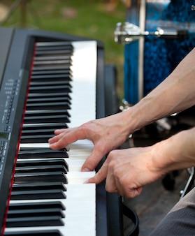 Pianist im konzert im freien