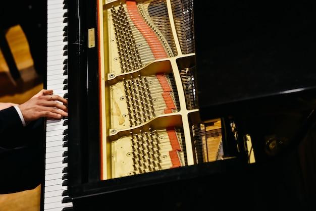 Pianist und klavier von oben.