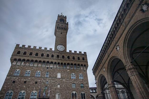 Piazza della signoria in florenz voller touristen, die sie an einem wintertag besuchen