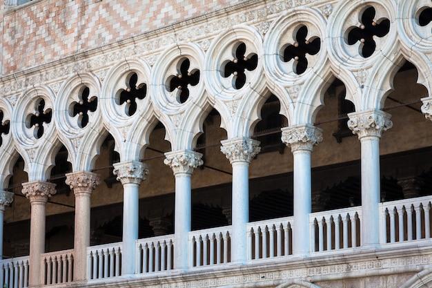 Piazza san marco, venedig, italien. details perspektivisch an alten palastfassaden.