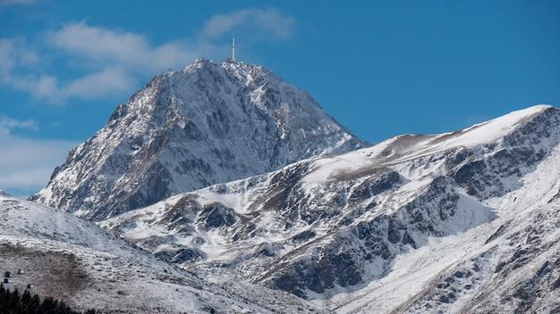 Pic du midi de bigorre in den französischen pyrenäen mit schnee