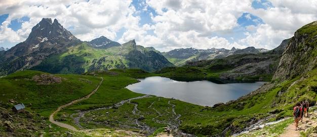 Pic du midi ossau und ayous see in den französischen pyrenäen
