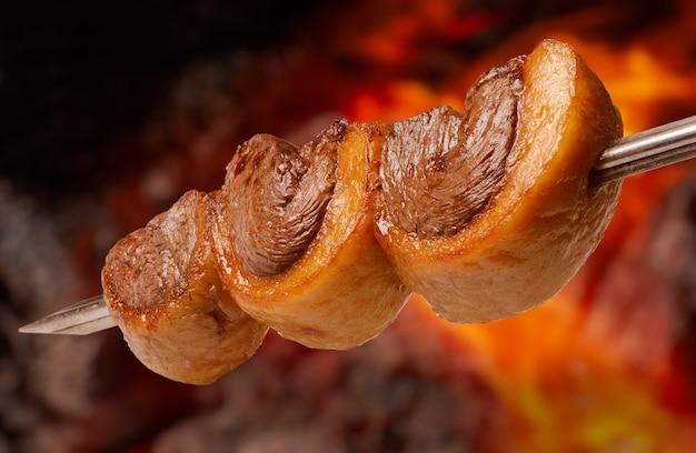 Picanha-barbecue, am spieß auf dem kohlengrill geröstet, ist in ganz brasilien weit verbreitet