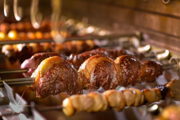 Picanha barbecue gebraten über heißen kohlen brasilianisches essen