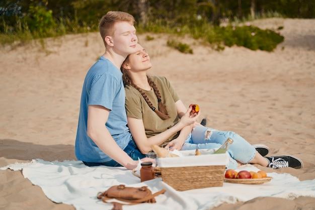 Picknick am strand mit essen und getränken.