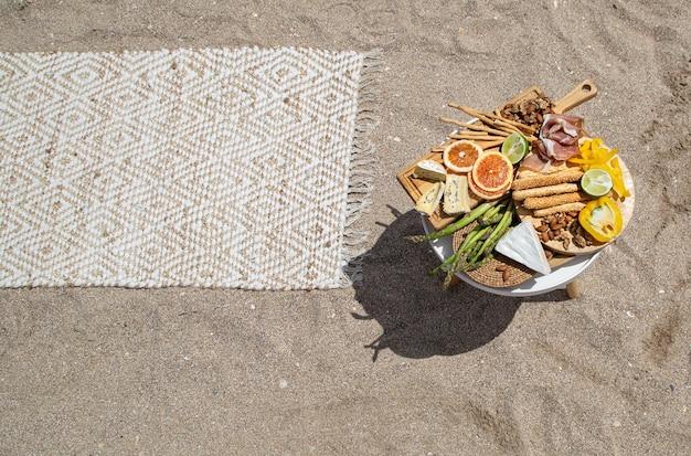 Picknick auf einem sandstrand von oben. urlaubs- und urlaubskonzept.