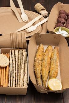 Picknick-essen in umweltfreundlichem einweggeschirr aus pappe.