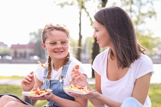 Picknick. frauen im park