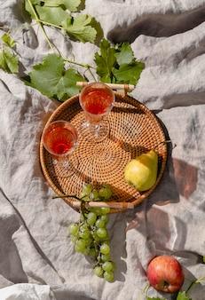 Picknick-goodies-arrangement auf einer decke