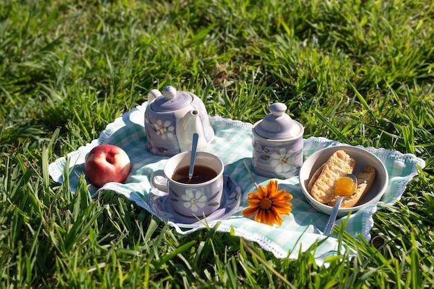 Picknick im landhausstil mit pfirsichmarmelade bei sonnenaufgang im garten