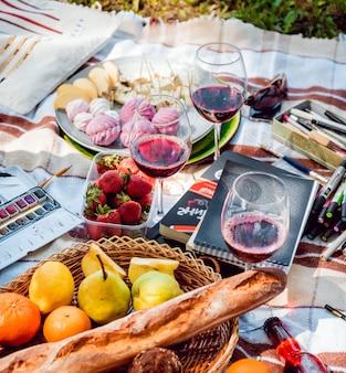 Picknick im park auf dem rasen