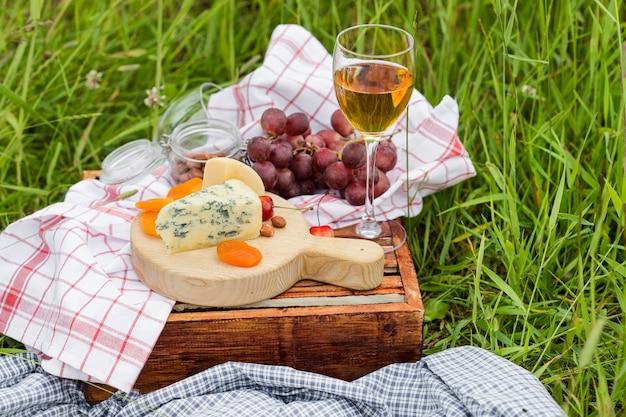 Picknick im park im gras: wein, käse und brot