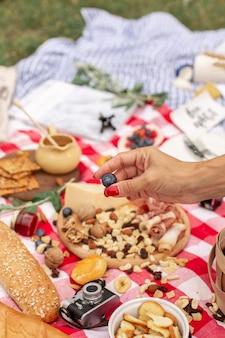 Picknick im sommer im freien. essen, honig und obst lagen auf karierten decken.