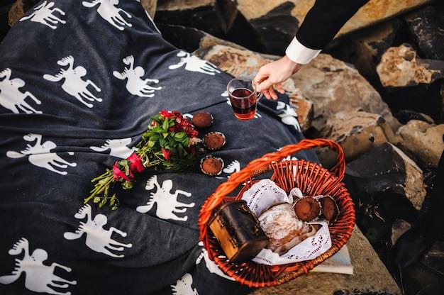 Picknick in der natur mit gebäck und tee