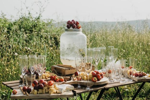 Picknick in der natur oder auswärts essen.