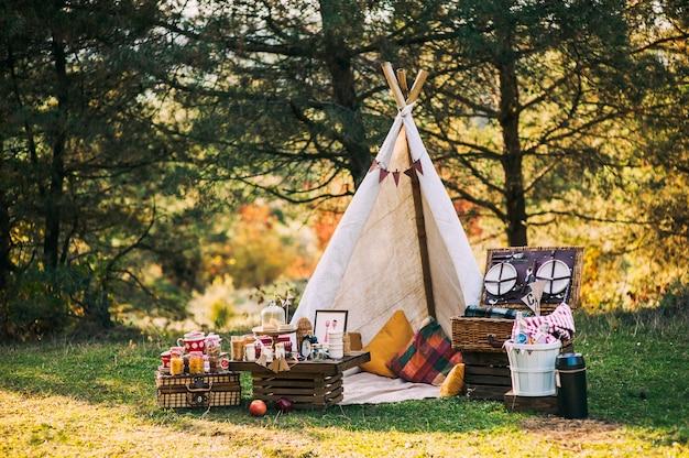 Picknick-landschaft mit tipi