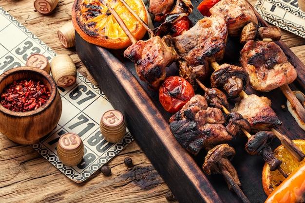 Picknick mit barbecue und brettspiel
