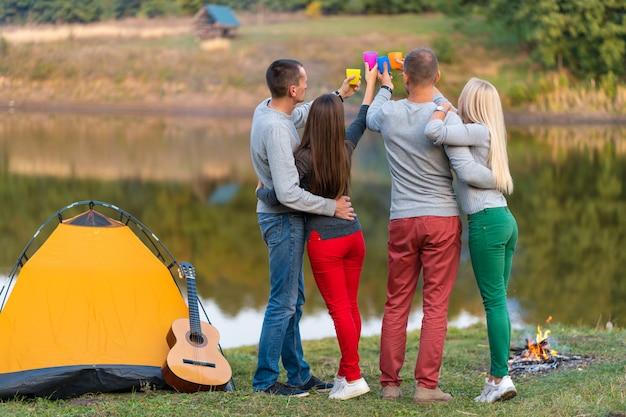 Picknick mit freunden herein am see nahe campingzelt.