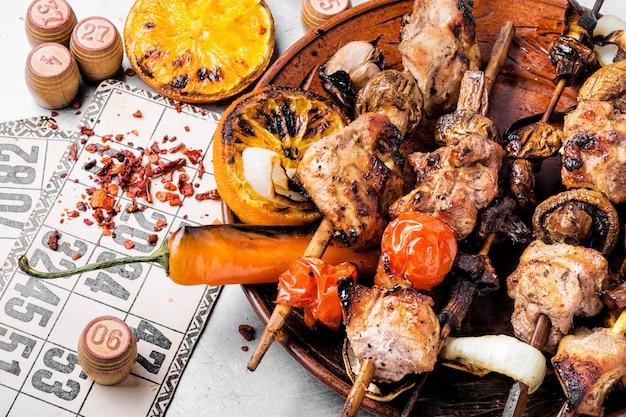 Picknick mit kebab und brettspiel