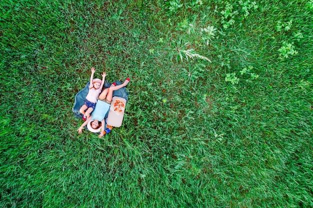 Picknick mit pizza auf einem grünen gras