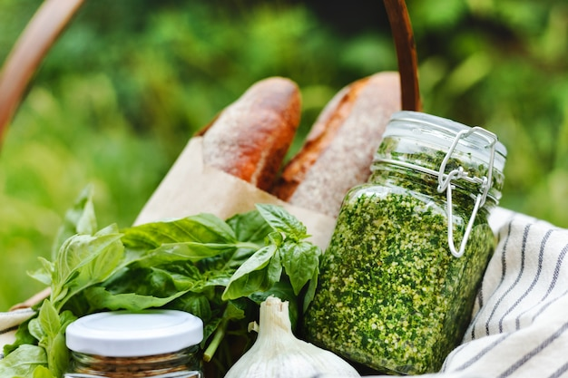 Picknick-pesto-korb zur zubereitung von frischem knoblauchbrot oder bruschetta