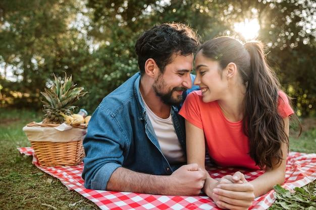 Picknick und liebe konzept
