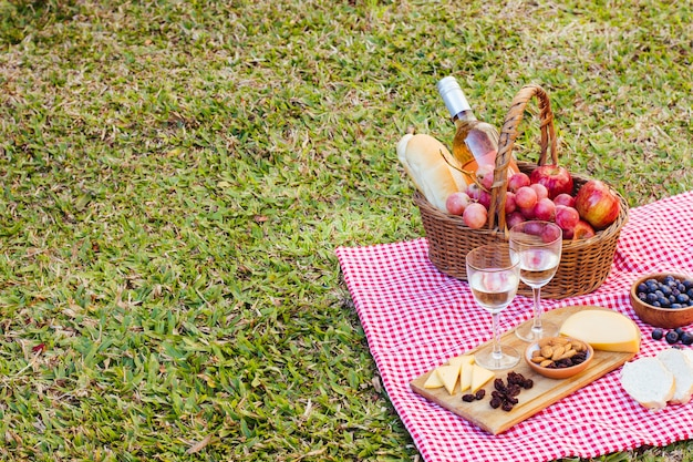 Picknickkorb auf küchenstoff mit kopienraum