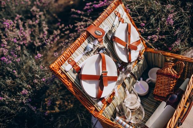 Picknickkorbset isoliert in einem lavendelfeld