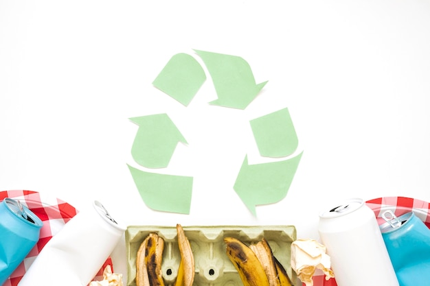 Picknickmüll mit recycling-logo
