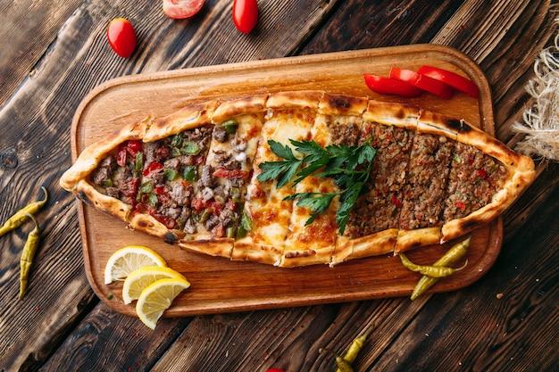 Pide türkisches fladenbrot mit hackfleisch