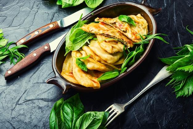 Pie gefüllt mit frühlingsgemüse und käse. hausgemachte qutabs oder kutab. azeyrbajanisches essen