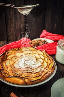 Pie mit äpfeln. selektiver fokus bio-lebensmittel.