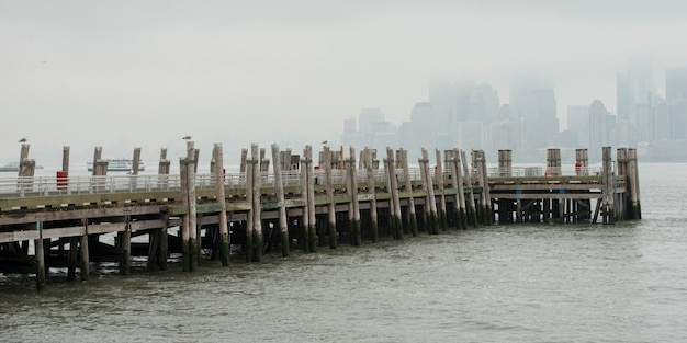 Pier an der oberen new yorker bucht, liberty island, new yorker hafen, manhattan, new york city, new york stat