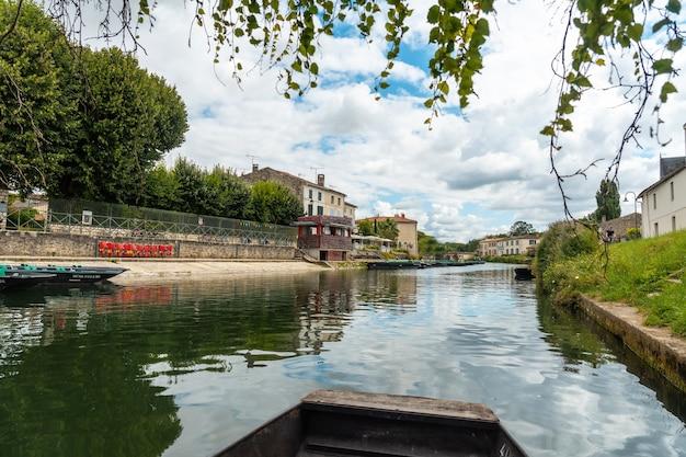 Pier coulon und sein schöner kanal, marais poitevin das grüne venedig, in der nähe der stadt niort, frankreich