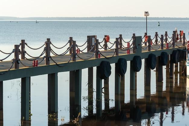 Pier im see des itaipu-staudamms im bundesstaat foz do iguacu parana brasilien am 19. mai 2015